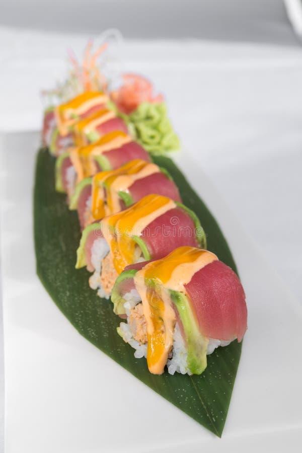 Les sushi japonais de thon ont servi sur une feuille verte photo libre de droits