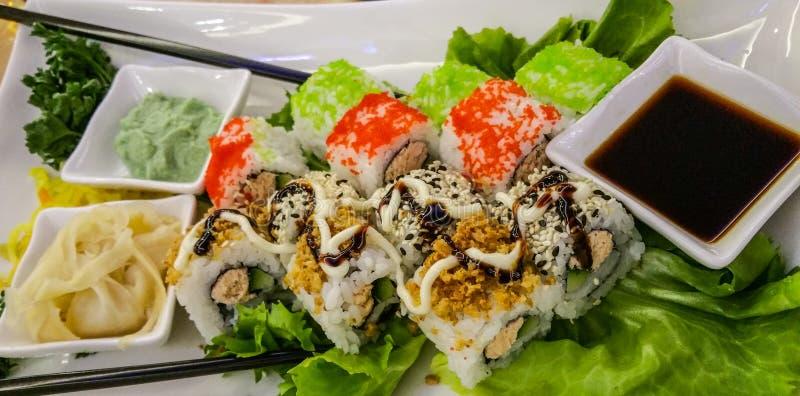 Les sushi japonais - fermez-vous vers le haut du tir images libres de droits