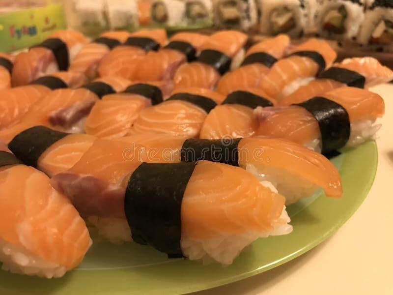 Les sushi Nighiri Salmone possèdent la production photos stock