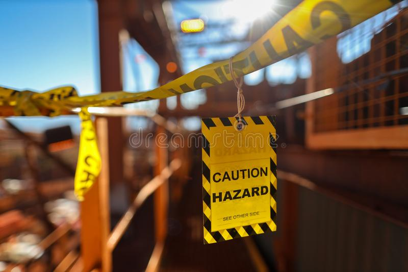 Les symboles jaunes de signe de précaution étiquettent l'application sur le lieu de travail de construction d'entrée pour assurer image libre de droits