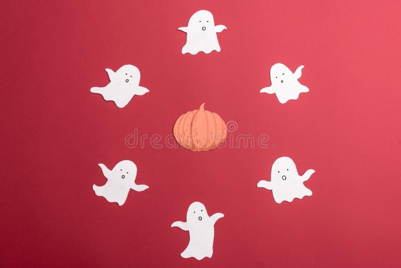 Les symboles traditionnels des fantômes pour haloween sur le fond rouge photos libres de droits