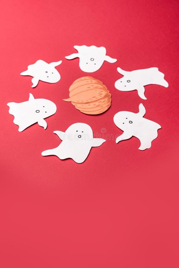 Les symboles traditionnels des fantômes pour haloween sur le fond rouge photo libre de droits