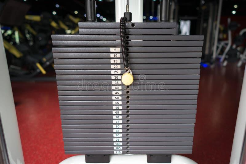 Les tôles fortes noires métalliques ou de fer empilées pour le sport, l'exercice, la machine de poids avec le kilogramme et la li photographie stock