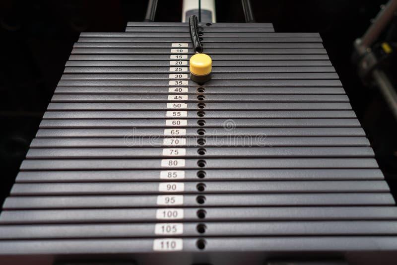 Les tôles fortes noires métalliques ou de fer empilées pour le sport, l'exercice, la machine de poids avec le kilogramme et la li photo libre de droits