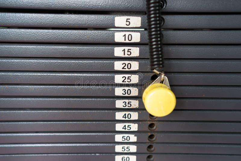 Les tôles fortes noires métalliques ou de fer empilées pour le sport, l'exercice, la machine de poids avec le kilogramme et la li photographie stock libre de droits