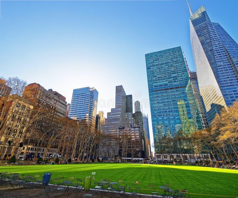 Les Tableaux et les chaises et les gratte-ciel ont regardé Bryant Park NYC Etats-Unis photo stock