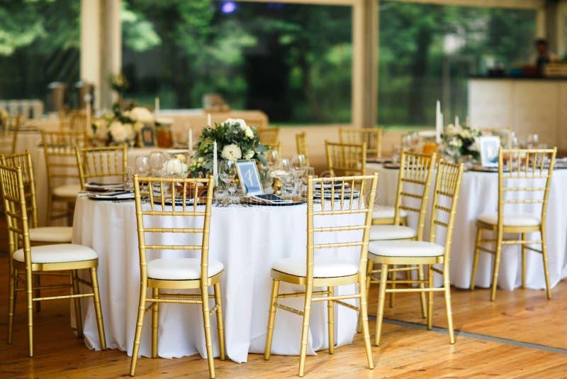 Les Tableaux place pour épouser ou un dîner approvisionné différent d'événement photos stock