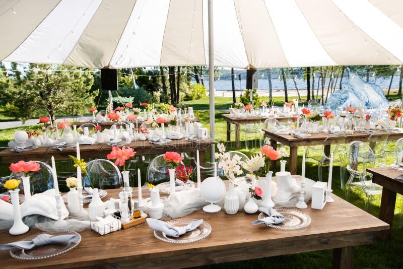Les Tableaux place pour épouser ou un dîner approvisionné différent d'événement image stock
