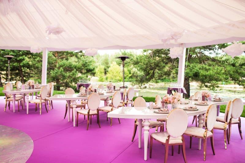 Les Tableaux place pour épouser ou un dîner approvisionné différent d'événement photo stock