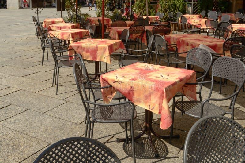 Les tables vides au café extérieur sur Motta ajustent chez Orta San Giulio, photos stock