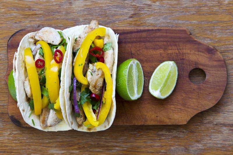 Les Tacos avec le filet grillé de poulet, légumes frais, chaux courtisent dessus photo libre de droits