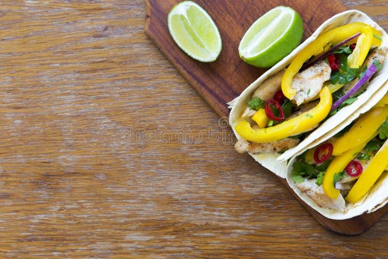 Les Tacos avec le filet grillé de poulet, légumes frais, chaux courtisent dessus photos libres de droits