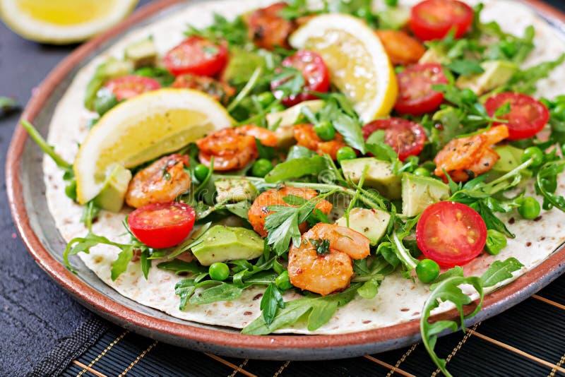 Les tacos de tortilla de crevettes ouvrent l'enveloppe de visage avec les légumes frais photographie stock libre de droits