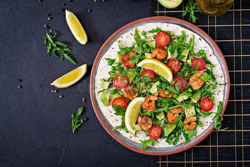 Les tacos de tortilla de crevettes ouvrent l'enveloppe de visage avec les légumes frais image stock
