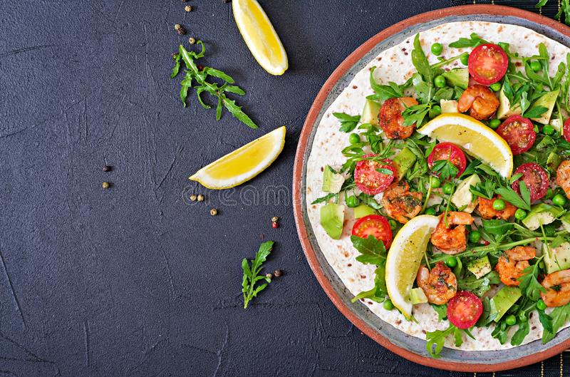 Les tacos de tortilla de crevettes ouvrent l'enveloppe de visage avec les légumes frais photos stock