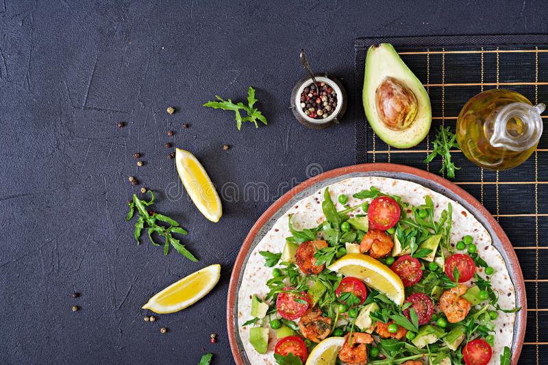 Les tacos de tortilla de crevettes ouvrent l'enveloppe de visage avec les légumes frais images stock
