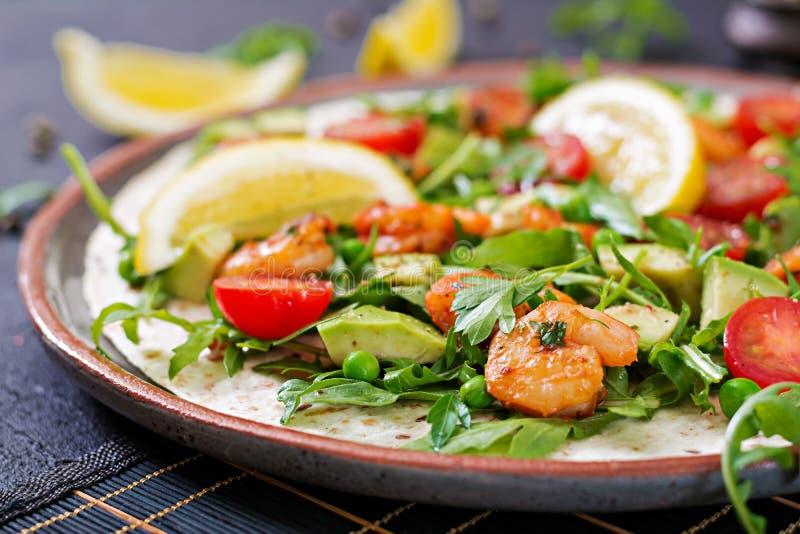 Les tacos de tortilla de crevettes ouvrent l'enveloppe de visage avec les légumes frais photo stock