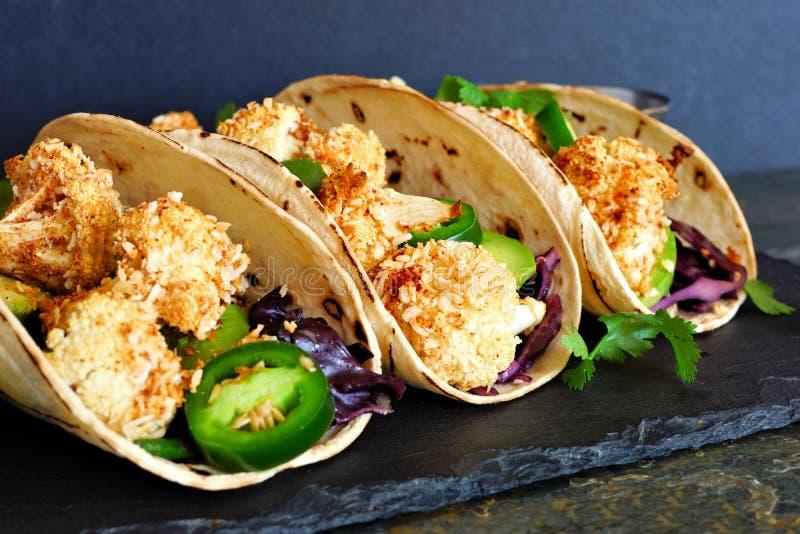 Les tacos sains de chou-fleur de noix de coco, se ferment sur un fond foncé photo stock