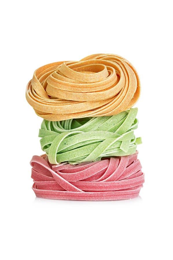 Les tagliatelles italiennes de pâtes ont coloré d'isolement sur le blanc photo libre de droits