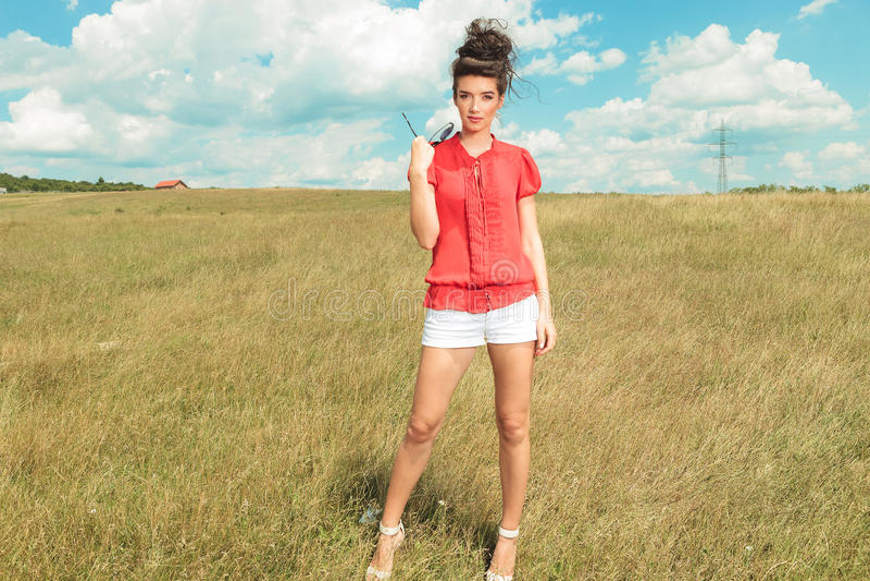 Les talons de port et les shorts de femme posent en nature images stock