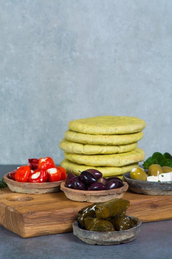Les tapas méditerranéens d'antipasti d'apéritif roule avec le vert et la calorie photographie stock libre de droits