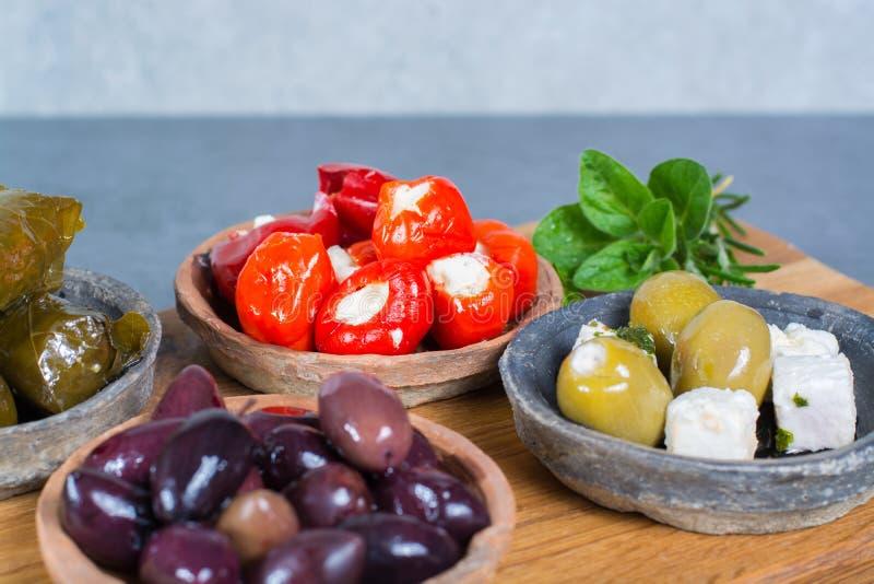 Les tapas méditerranéens d'antipasti d'apéritif roule avec le vert et la calorie images stock