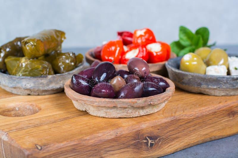 Les tapas méditerranéens d'antipasti d'apéritif roule avec le vert et la calorie image libre de droits