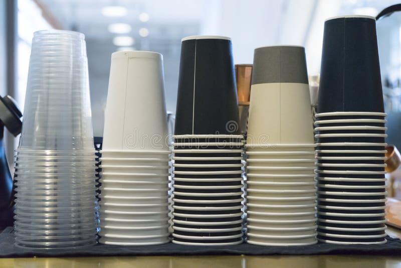 Les tasses de café à emporter ont empilé par le type image stock