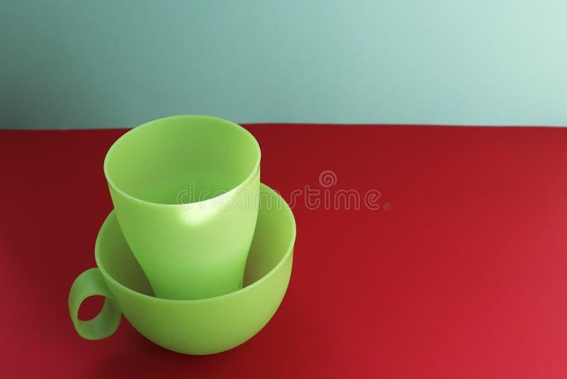 Les tasses en plastique sont des plats pour un pique-nique photos libres de droits