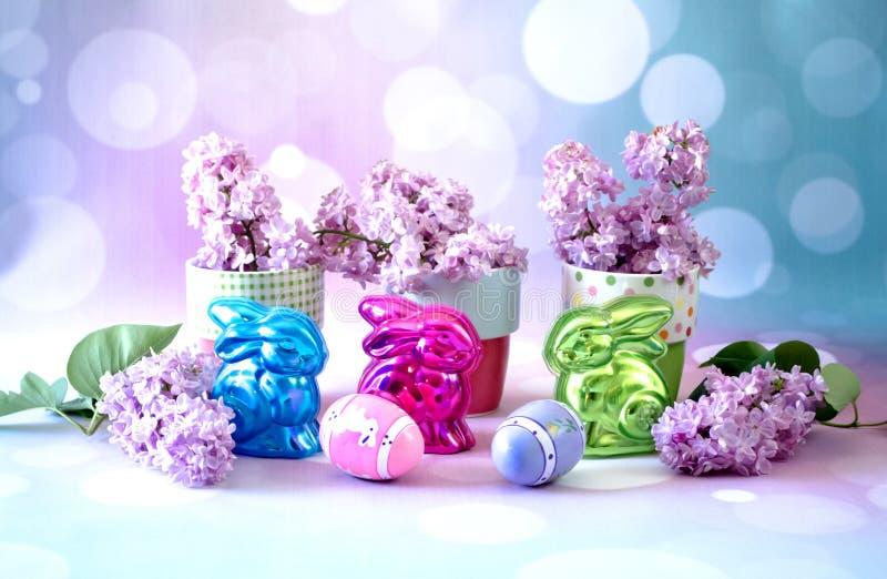 Les tasses lunatiques du ressort fleurit avec des décorations de Pâques image stock