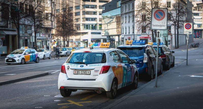 Les taxis se garent dans les clients de attente d'une station de vacances à Bâle photo stock