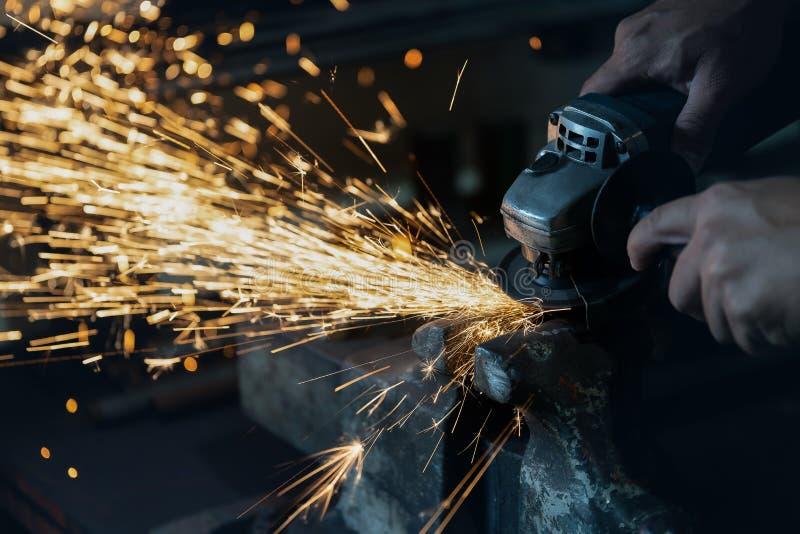 Les techniciens rectifient l'acier photos libres de droits