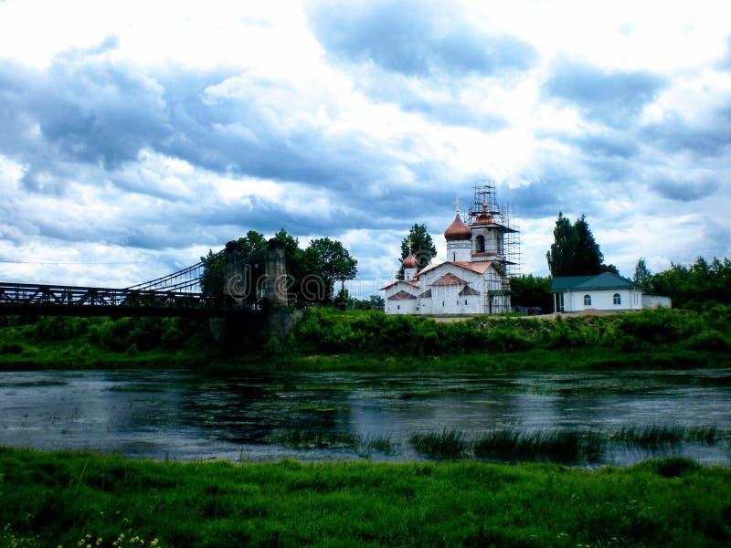 Les temples antiques se tient dedans sur la banque de la rivière, bas nuages se précipitant plus de dedans pour des centaines d'a photos stock