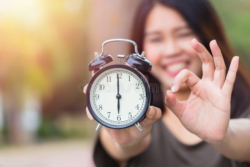 Les temps est CORRECT ou bon moment avec le bon concept de travail photographie stock