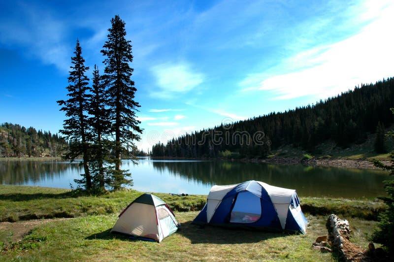 Les tentes campantes s'approchent du lac photo stock