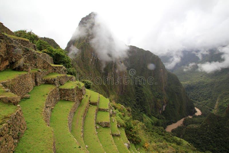 Les terrasses d'Inca de Machu Picchu et nuages images libres de droits