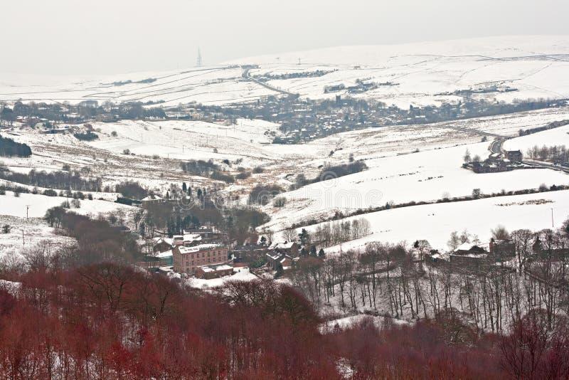 Les terres cultivables lointaines sur la neige couverte amarrent photo libre de droits