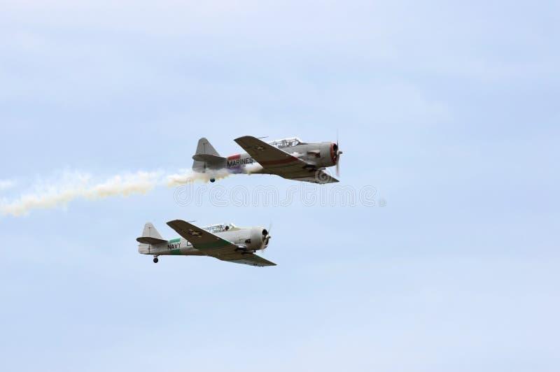 Les Texans AT-6 empilés volent près photo stock
