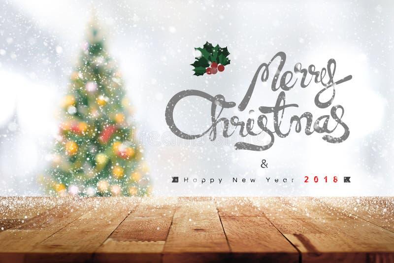 Les textes de Joyeux Noël et de bonne année 2018 au-dessus du bois ajournent t images libres de droits