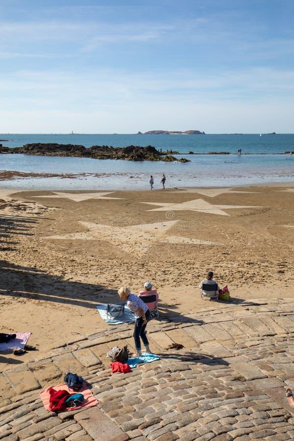 Les ?toiles sur la plage dans Saint Malo Brittany, France photos libres de droits