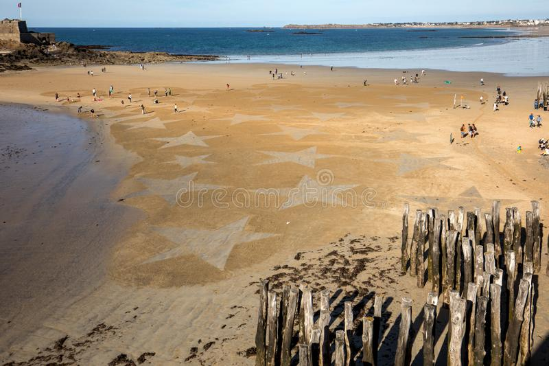 Les ?toiles sur la plage dans Saint Malo Brittany, France photographie stock
