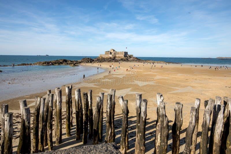 Les ?toiles sur la plage dans Saint Malo Brittany, France photographie stock libre de droits