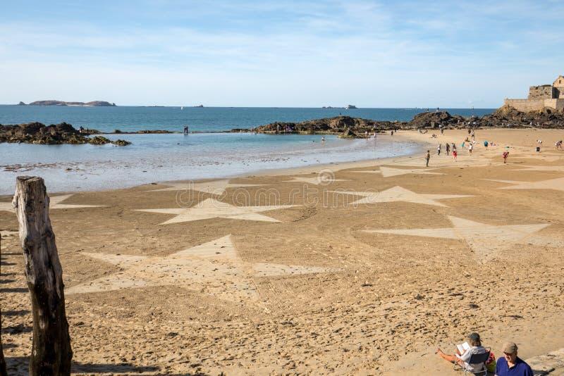 Les ?toiles sur la plage dans Saint Malo Brittany, France image libre de droits