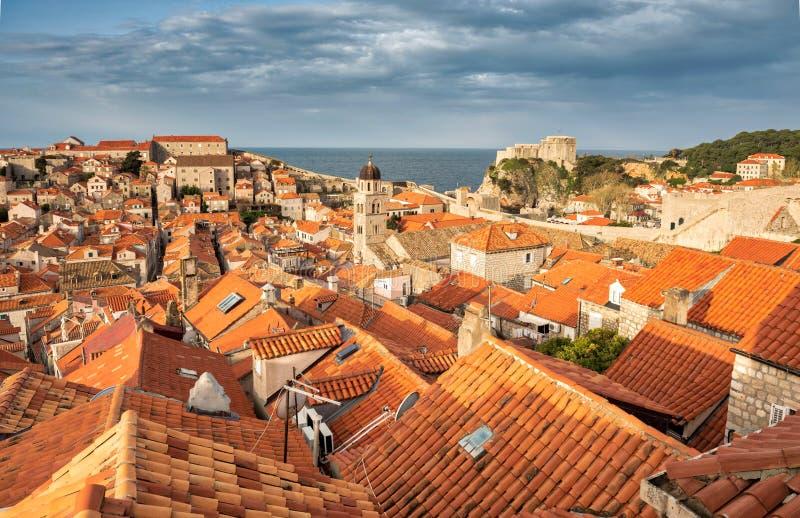 Les toits carrelés de Dubrovnik images libres de droits
