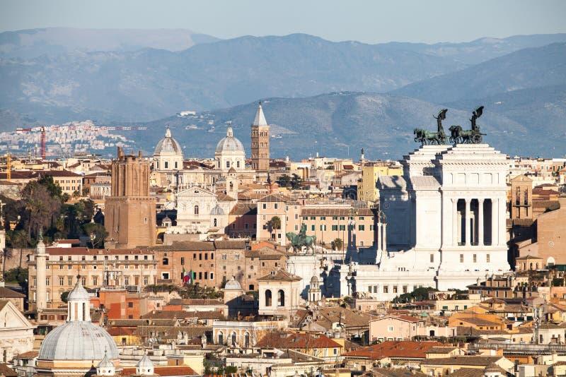 Les toits de Rome, Italie Montagnes du Latium images libres de droits
