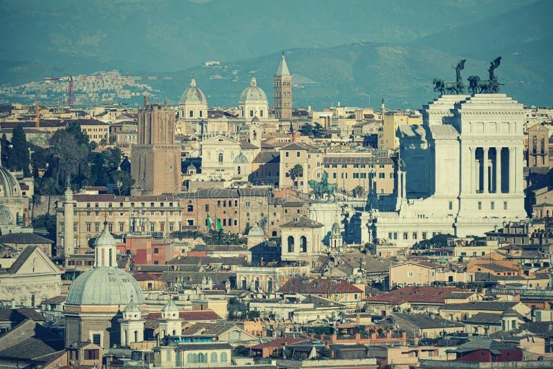 Les toits de Rome, Italie Montagnes du Latium photo stock