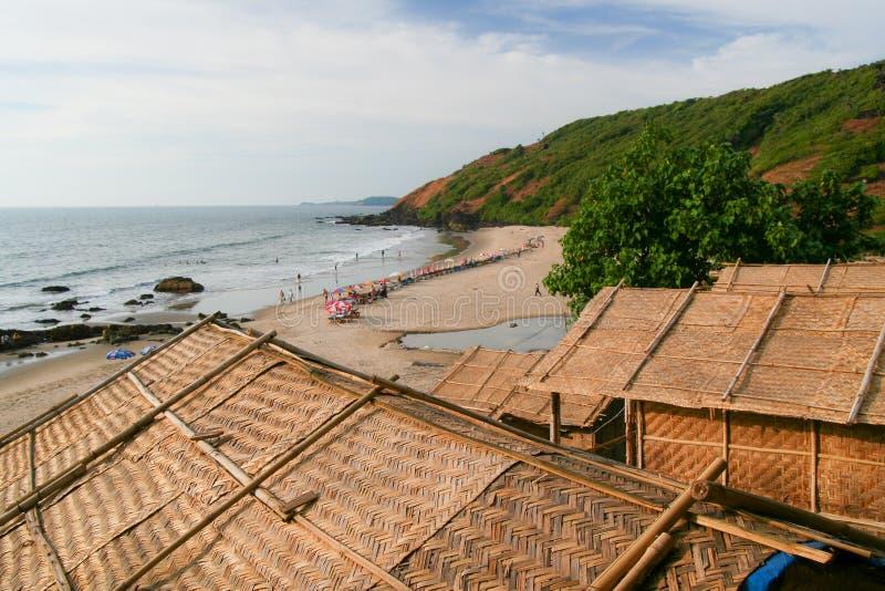 Les toits et la plage de hutte de paille regardent l'Inde de goa image libre de droits