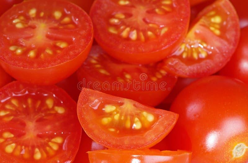 Les tomates-cerises avec le jaune injecte le plan rapproché photo libre de droits