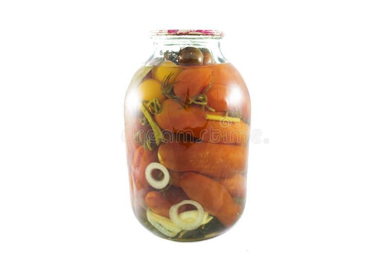 Les tomates en boîte dans le pot en verre ont isolé photo libre de droits