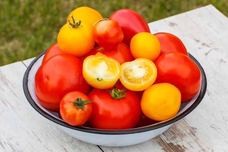 Download Les Tomates En Métal Roulent Dans Le Jardin Le Jour Ensoleillé Image stock - Image du frais, wooden: 87706389
